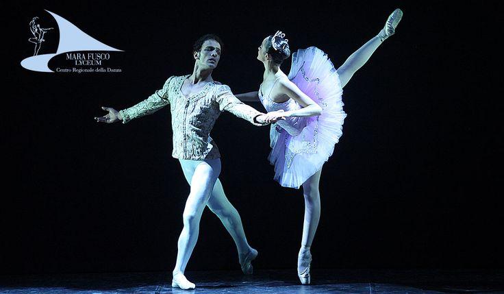 Il tutù è il costume di danza più conosciuto e ogni giovane ballerina sogna di indossarlo. Spesso è decorato con sontuosi dettagli, ricami, gioielli o lustrini. L'abito per eccellenza delle danzatrici è costituito da due parti: un corpino e una gonna decorata. La gonna è composta da molti strati di tulle e può avere diverse forme a seconda dello stile del balletto e delle caratteristiche che il costumista vuole che abbia. I due principali tipi di tutù sono quello classico e quello romant...
