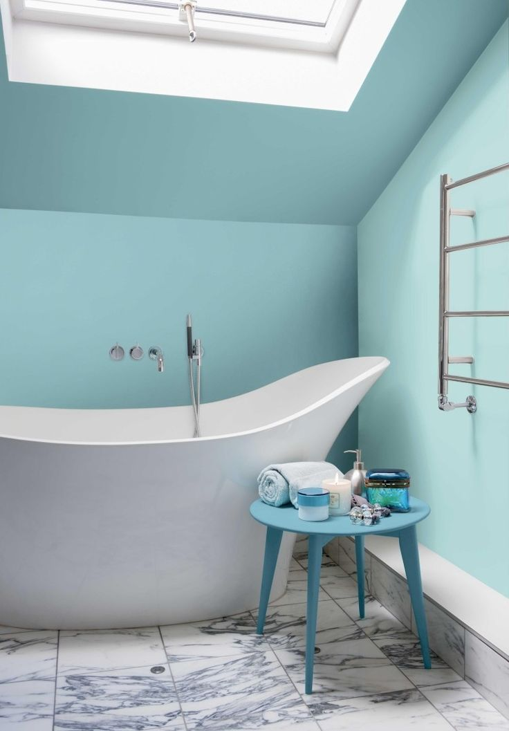 salle de bains avec un plafond incliné baignoire à poser et peinture turquoise