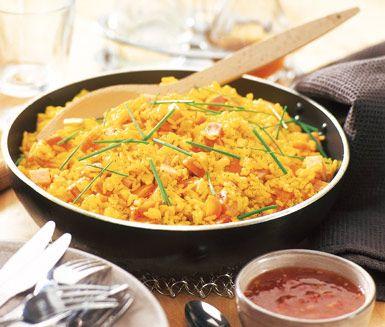 Denna perfekta allt-i-ett måltid med curryris och mumsig kassler är perfekt vardagsmat. Blanda ner köttet i ditt vackert gula ris och servera direkt med lite krämig yoghurt och sweet chilisås och aromatisk gräslök på toppen.