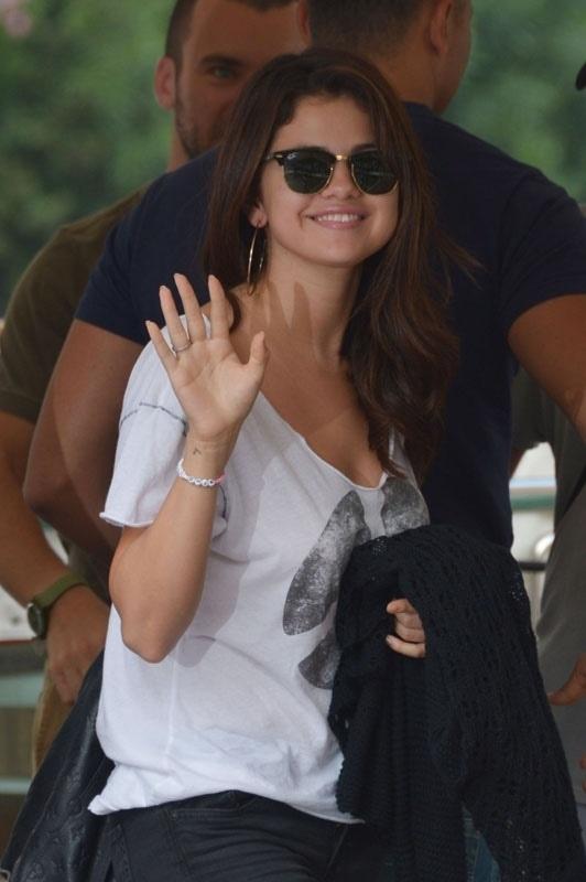 A la Mostra de Venise, Selena Gomez porte des lunettes Clubmaster de @Ray-Ban http://labellevue-optique.fr/modele-lunettes/clubmaster-ray-ban/