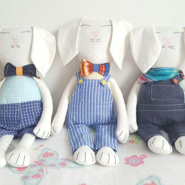 Conejos de trapo en lino, hechos 100% a mano con amor y dedicación.  Encuéntralo en la tienda en Etsy, Amazon Handmade o contáctanos por Facebook (@flofyco)