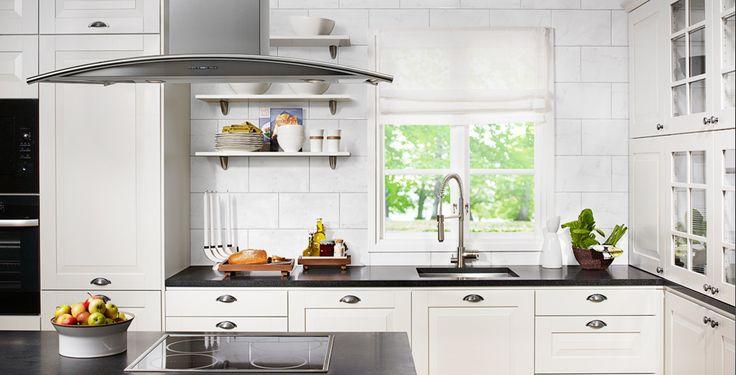 Modernt, skandinaviskt kök med gott om förvaringsutrymme. Köksö med frihängd fläkt och induktionshäll.  #fjaraskupan #arcad #skandinaviskdesign