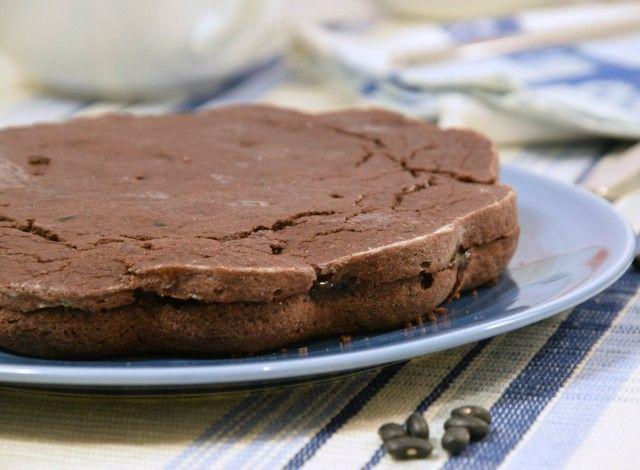 """Negli USA spopola la """"black bean cake"""" cioè la torta ai fagioli neri, che ho voluto subito provare per vincere il mio scetticismo. Non ero proprio convinto di voler fare un dolce a base di fagioli neri. Dopo averla preparata, ma soprattutto mangiata assieme ai miei più cari amici, devo dirvi che il risultato è eccellente. La morbidezza e il sapore, rendono questo dolce davvero unico."""