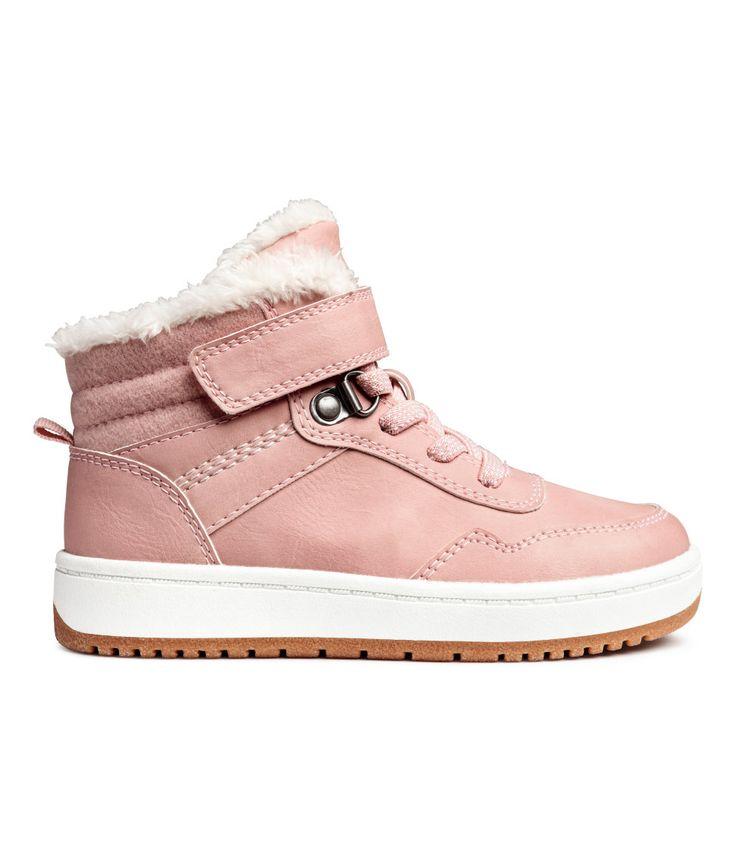 Kolla in det här! Ett par varmfodrade sneakers i läderimitation. De har ankelhögt skaft med vadderad plös och kardborreslejf samt resårsnörning. Hälla bak. Foder och innersula i pile. Yttersula i gummi. - Besök hm.com för ännu fler favoriter.