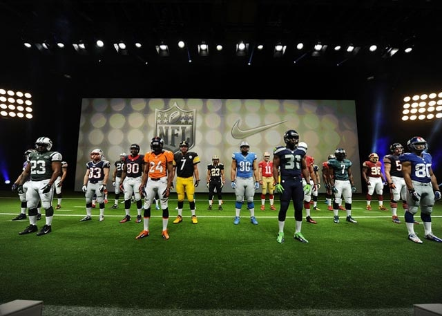 Con un grande evento a New York, Nike e NFL hanno presentato le divise per le 32 squadre della lega per la prossima stagione: Nike Elite 51 Uniform.    Ospiti d'eccezione del galà, presentato da Michelle Beisner, volto ufficiale di NFL Network, sono stati: Mark Parker (CEO di Nike Inc.) e i giocatori Pierre Thomas, running back dei New Orleans Saints , Champ Bailey cornerback dei Denver Broncos, Alex Smith quarterback dei San Francisco 49ers e Michael Vick quarterback dei Philadelphia…