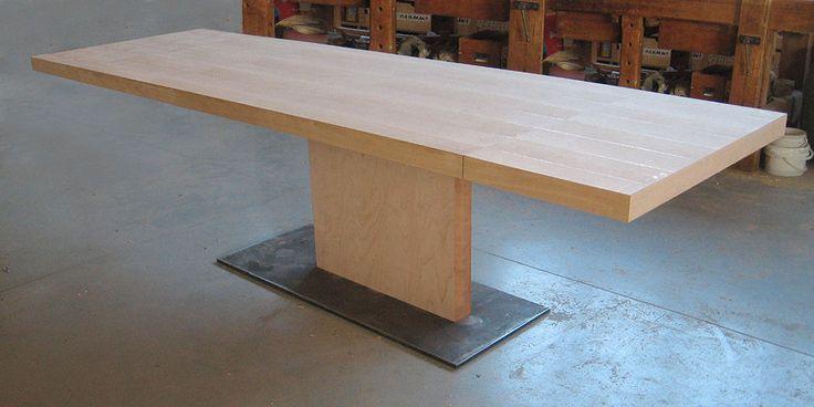 Il tavolo minimo per antonomasia, con gamba centrale e con piano a sbalzo allungabile per ospitare fino a 12 persone. Tutto personalizzabile.