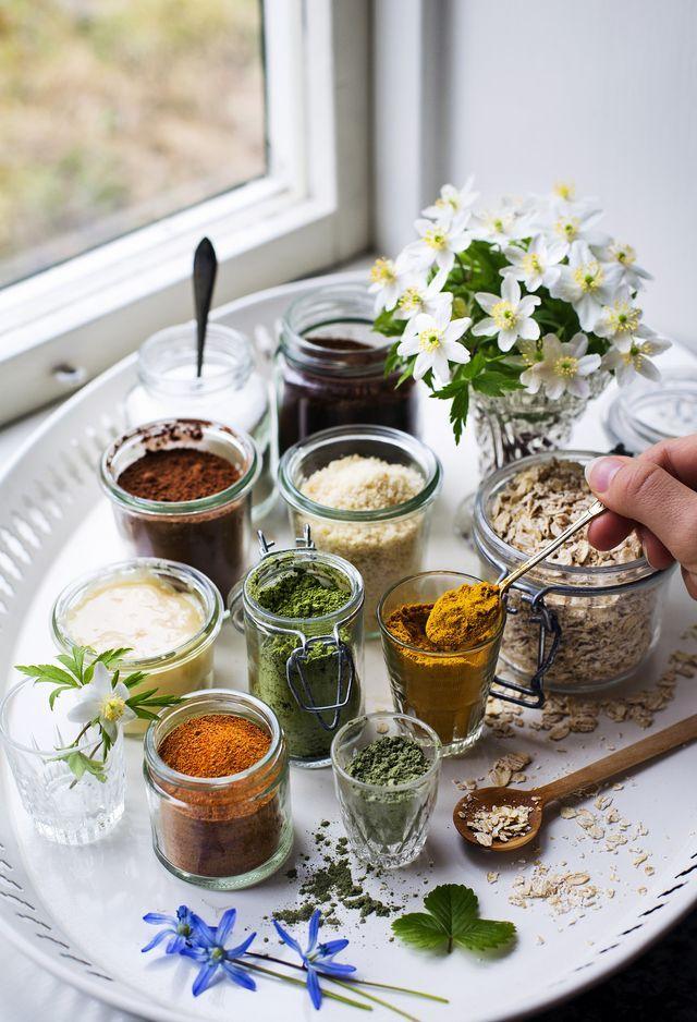 Här kommer några tips på ingredienser från skafferiet som går fint att använda i hemmagjorda hudvårdsprodukter! Recept på ansiktsmasker, kroppsskrubbar, badsalter, ansiktsskrubbar mm. hittar ni här: H