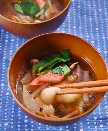 北海道といえばカニやイクラといった海産物を豊富に使ったお雑煮のイメージが強いですが こちらは上等な利尻昆布からとった昆布だしで鶏肉を煮込んだシンプルなお雑煮です。 簡単に作れますので、初めて挑戦する方にも安心です。