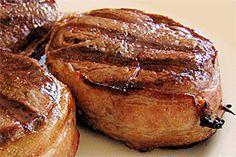 Filete Miñon Envuelto en Tocineta a la Parrilla – Una de las mejores maneras de realzar el sabor natural del filete miñón es adobándolo ligeramente, envolviéndolo en tocineta y cocinándolo en una parrilla. Busca la receta en Buenapetito!