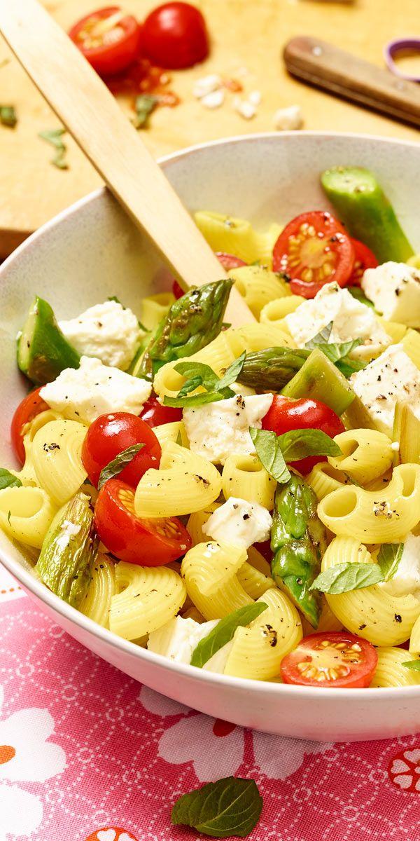 Nicht nur zur Spargel-Saison ein echtes Highlight auf jeder Grillparty: der Nudelsalat mit grünem Spargel und Kirschtomaten!