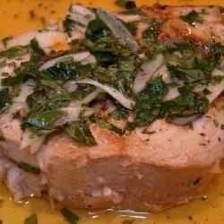 Pesce spada alla calabrese I tranci di pesce spada sono cotti alla griglia e serviti con una vinaigrette di succo di limone, olio, aglio, prezzemolo, origano e menta.