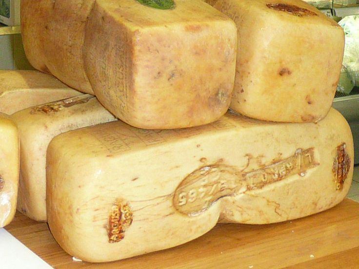 Il Caciocavallo Ragusano è un formaggio DOP,dall'inconfondibile gusto piccante, prodotto tipico del sud est della Sicilia e del Val di Noto