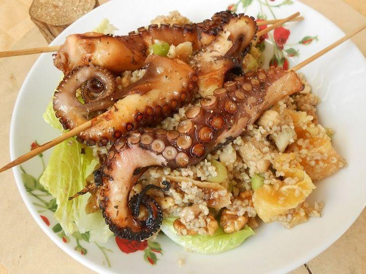 Χταπόδι σουβλάκι με μελένια πλιγουροσαλάτα - http://www.zannetcooks.com/recipe/xtapodipligourosalata/