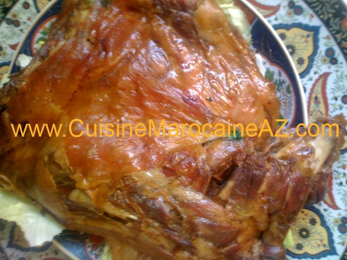 Ingrédients – المقادير Recette Méchoui وصفةالمشوي – Un gigot d'agneau ou une épaule d'agneau. – 2 cuillères à soupe de smen (beurre ranse). – 4 Gousses d'ail. – 1 cuillère à soupe de paprika doux. – 1 cuillèreà café de piment fort (facultatif). – 1 cuillèreà soupe de poivre. – 1 cuillèreà café de gingembre. …