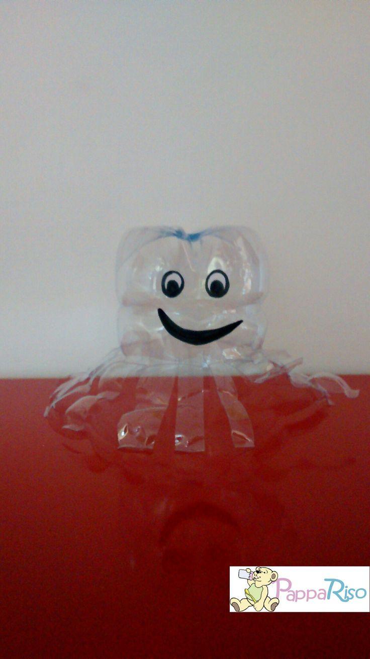 polipetto con la parte inferiore della bottiglia. polyp done with the bottom of the plastic bottle.