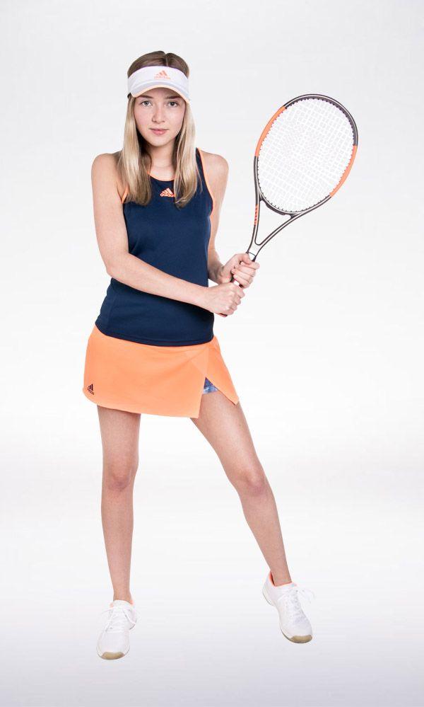 PLAY HARD – WIN HARD Speel je tenniswedstrijd in stijl met deze outfit van Adidas en scoor gegarandeerd extra punten met dit racket van Wilson.