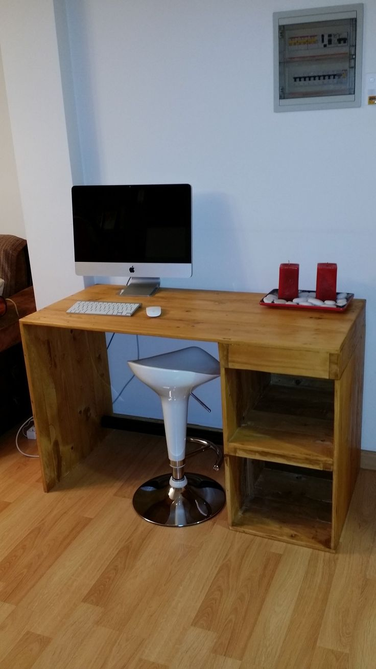 Pallet computer desk pallet office desk diy computer desk diy wooden - Desk Made From A Recycled Large Pallet Pallet Ideas