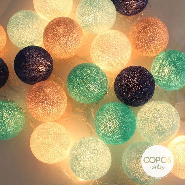 Guirnalda •Santorini• Bolas de hilo y luz artesanales. #ColeccionCopos2014 #GuirnaldaSantorini #Guirnalda #Deco #Iluminacion #Decoracion #Luz #Bolas #Hilo
