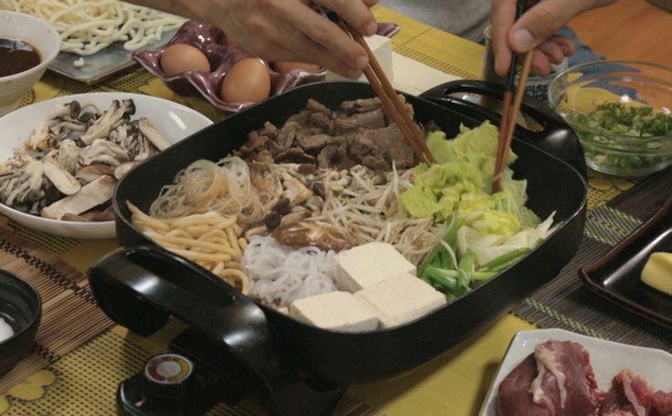 Carne, legumes e cogumelos são cozidos em uma chapa que vai à mesa