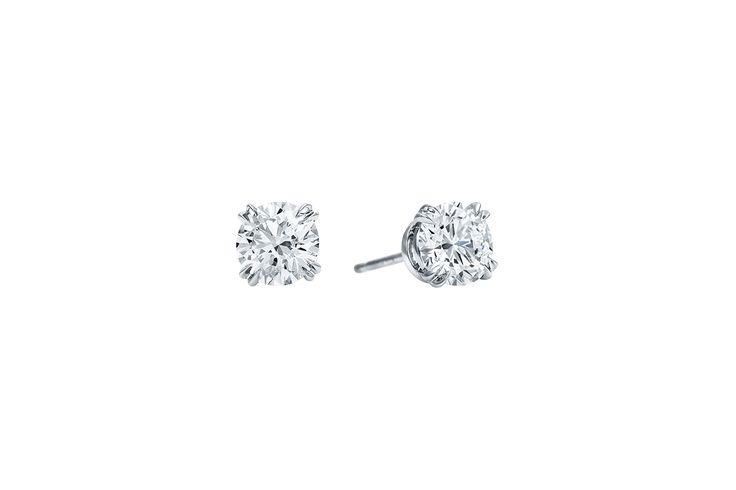 Un classique permanent, la sélection intemporelle des clous d'oreilles en diamants celèbre l'indéniable beauté des pierres précieuses Harry Winston. Soigneusement sélectionnée et assemblée à la perfection sur une monture en platine presque invisible, cette paire de diamants, conformes aux normes de qualité les plus strictes, est la plus raffinée au monde. Disponible avec deux diamants taille brillant à partir de 0.40 carat chacun, montés sur platine.