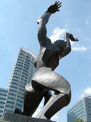Ossip Zadkine - Gedeformeerde mensfiguur hierdoor wordt het gevoel wat er na het bombardement op Rotterdam 1944 was goed verbeeld. Het is ook bewegend beeld met diagonaal en schuine richtingen of in andere woorden dynamisch.