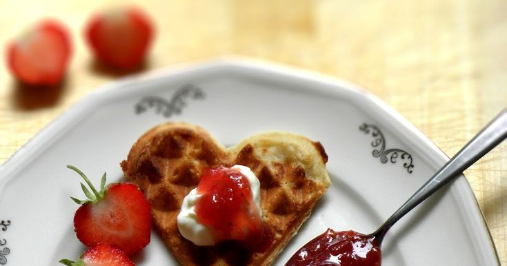 Foto: Theres Lundén   Tänk sommarens godaste smaker tillsammans - rabarber och jordgubb. Inget kan smaka mer somrigt till nygräddad våffla...