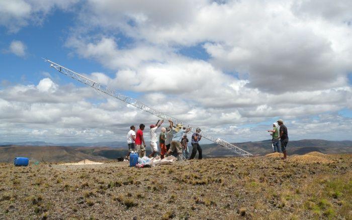 Instalação da torre de medição de vento na comunidade Maturuca, na TI Raposa-Serra do Sol, em Roraima, em 2013   Aldenir Cadete - ISA