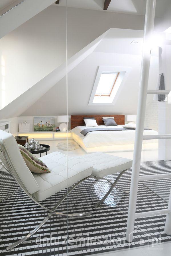 Kącik do spania oglądany od strony  przeszklonego kubika kabiny prysznicowej