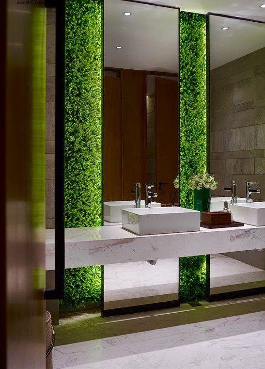Zielona ściana w łazience.