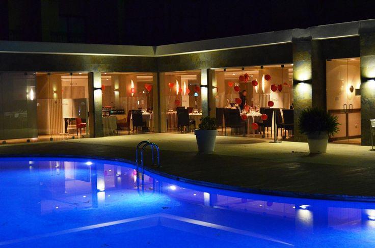 Salón Las Gredas Hotel Playasol - Mazarrón. La elegancia de su entorno y su toque moderno le dan una sensación de tranquilidad inigualable. A través de sus amplias cristaleras podrá disfrutar de la bonita zona ajardinada junto a la piscina en la que ofrecemos el cocktail de bienvenida antes de degustar la amplia oferta gastronómica que asegurará el éxito de tu evento. Disfrutarás junto a tus seres queridos de un día muy especial.