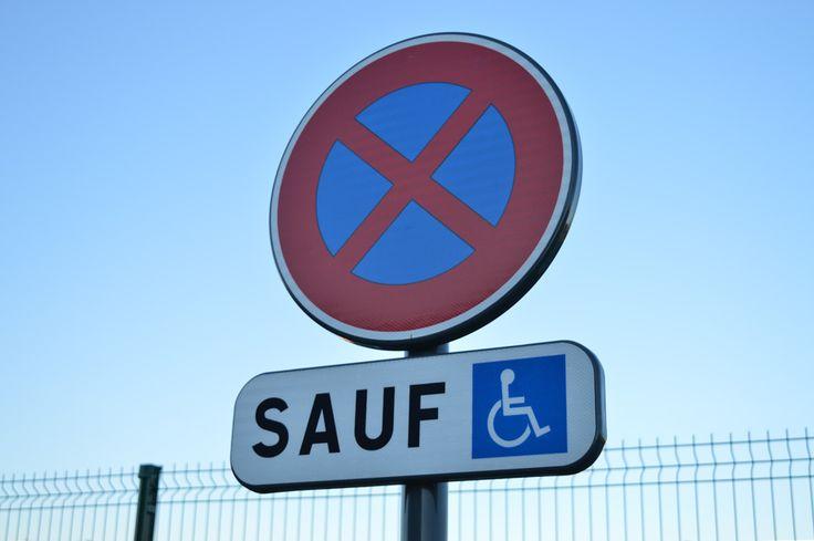 Panneaux de signalisation réglementaires d'une place de parking handicapé (B6d et M6h)