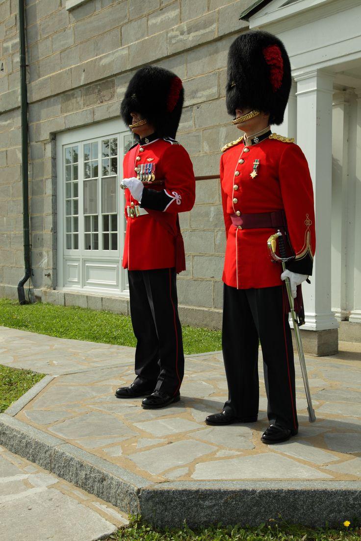 La grande tenue régimentaire : la tunique rouge écarlate, le bonnet de poil d'ours et le pantalon bleu marine. #Tenuerégimentaire #R22eR #CItadelleQuébec