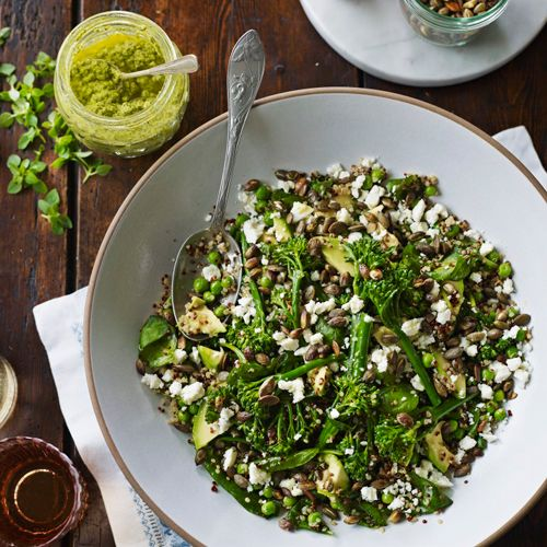 Heerlijke quinoa salade , zelfs de kinderen vinden het lekker Dit recept voor quinoa zit bombol gezonde groenten, noten en kruiden. Inclusief een homemade pistachepesto, die in een oogwenk is gemaakt. Heerlijk om thuis te eten, maar ook ideaal om mee te nemen naar het park.    1 Doe alle quinoa in een pan...