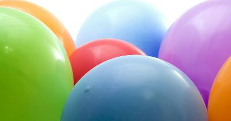 Diferencias entre un globo de látex y uno de mylar . Los globos para las fiestas vienen, normalmente, de dos materiales: látex, una sustancia flexible de caucho líquido y de papel de aluminio, hechos de una lámina de nylon recubierto con materiales plásticos y metálicos. Aunque a menudo son llamados como globos de Mylar®, que es el nombre del inventor y fueron registrados por DuPont Teijin Films, la ...