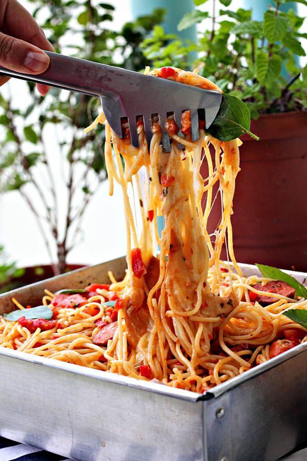 Macarrão assado com tomates e linguiça