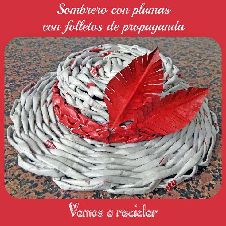¡Vamos a reciclar! - Sombrero con plumas con folletos de propaganda