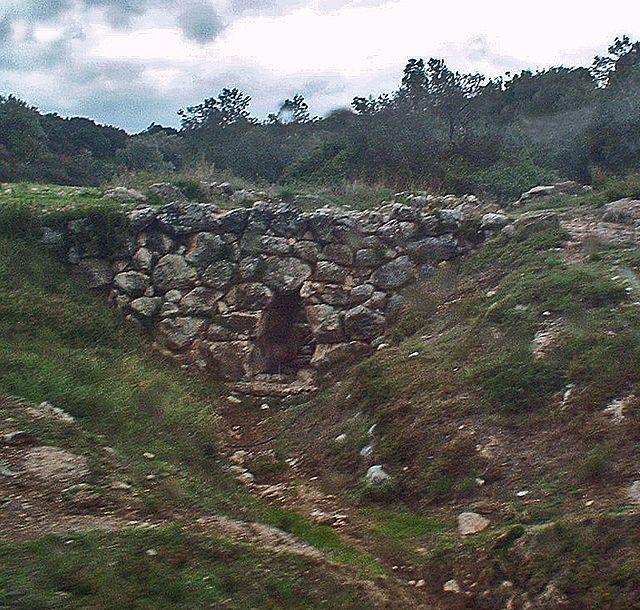 El puente micénico de Kazarma o Puente de Arkadiko está situado en Argólida, en el Peloponeso, Grecia, en la carretera que une Micenas y Tirinto con Epidauro. Es visible a algunas decenas de metros al norte de la carretera moderna, a la altura del kilómetro 15. Siempre ha estado en servicio y sirve aún hoy para la circulación local y agrícola. Construido hacia 1300 a. C., en la época micénica, más precisamente en el Heládico IIIb (c. 1340-1200 a. C.)