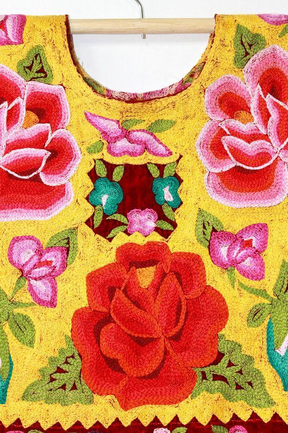 Traje Gala Tehuantepec, Oaxaca, México. Terciopelo y delicado bordado en crochet. (T31) Pieza ÚNICA de colección. Vintage ¡La textura y color de la tela es sumamente especial! ... la pátina del tiempo. Falda (enagua) con olán hermoso antiguo plisado blanco. Huipil Ancho 61 cm  Largo 49cm. Enagua Cintura 82cm.  Largo 74cm. + 25 cm  Ruedo bajo 2.76 m. La enagua ha sido modificada ligeramente pues tiene cierre y broche (generalmente se cierra con una pretina larga que se anuda para ajustar al…