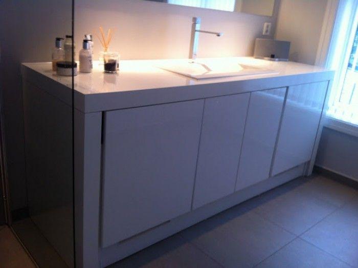 In dit ( zelfgemaakt?) meubel van IKEA zit ook de wasmachine en de droger