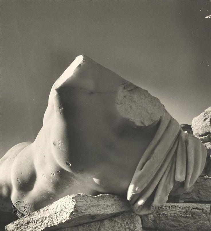 Herbert List Το άγαλμα του Γαΐου Οφελλίου Φέρου από την Αγορά των Ιταλών στην Δήλο,περ.1939.
