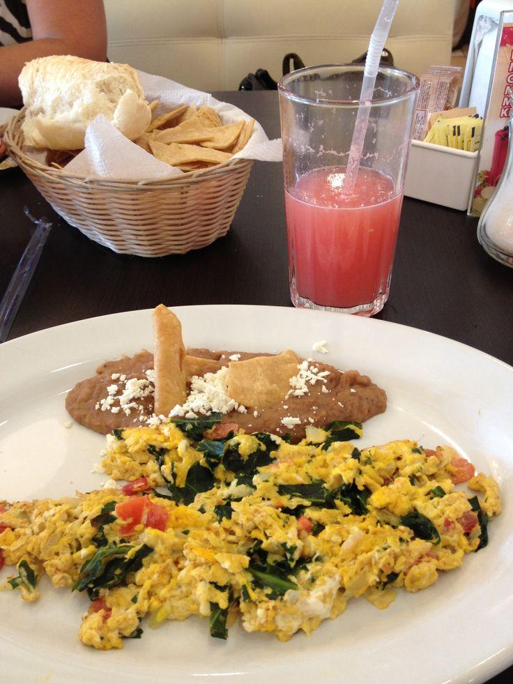 Huevos maya con jitomate y chaya.