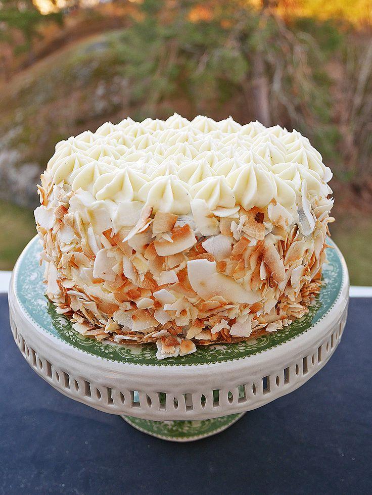 Att göra en tårta behöver inte vara så avancerat. Ta en enkel morotskaka till exempel. Men istället för att göra en stor kaka medlite frosting på toppen, gör den i tre lager med frosting...