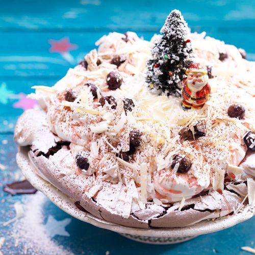 Niets zo feestelijk als een pavlovavan krokant merengueschuim.deze gemarmerde chocoladeversiecombineert geweldig methet bedwelmende zoet van Italiaanse amarenekersen.      1 Verwarm de oven voor op 180ºC. Bekleed  een...