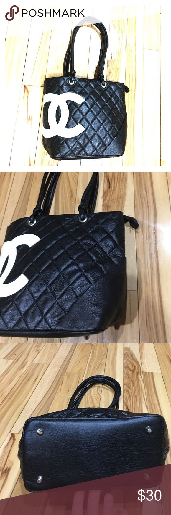 Chanel black white small purse cute 💞 Cute Chanel purse small size in great condition hardly used inside has a zipper pocket and a keychain non-smoking home fast delivery at an excellent price get it today Bags
