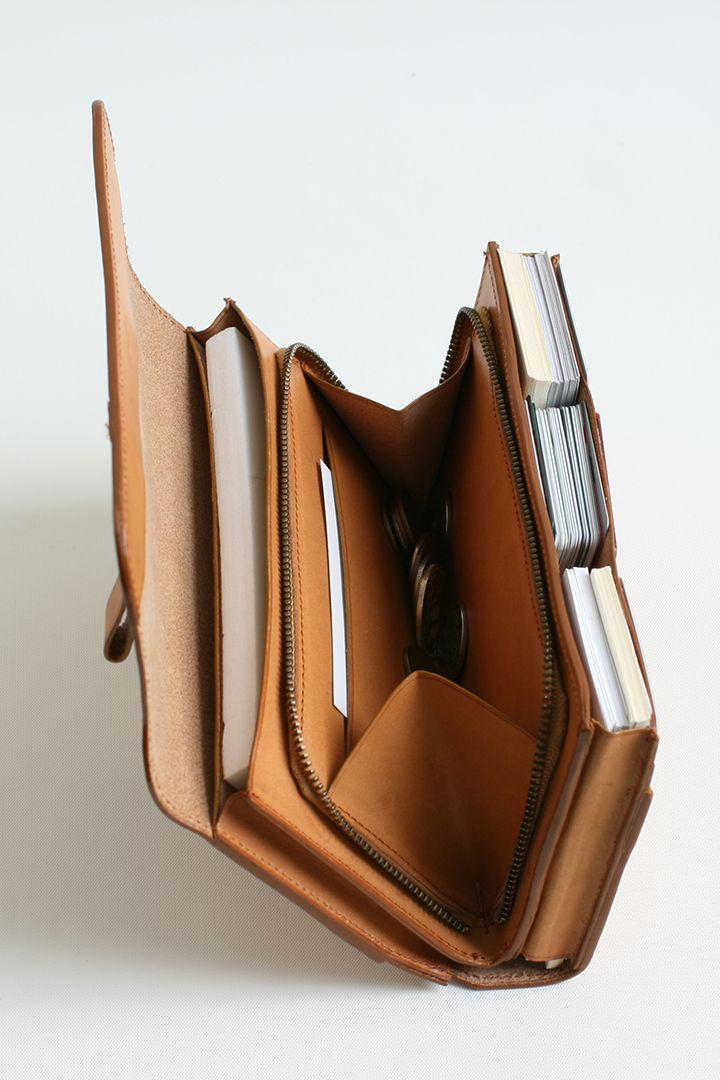 たくさん入れても美しいシルエット - leather card holder / wallet that expands to hold greater capacity due to cover sliding into pocket.