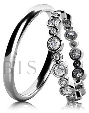 BD6-17 Elegantní snubní prsteny z bílého zlata v unikátním designu, oba prsteny jsou v lesklém provedení (vysoký lesk). Dámský prsten je po celém obvodě zdobený kameny, které jsou složeny ze dvou velikostí. #bisaku #wedding #rings #engagement #svatba #snubni #prsteny #design