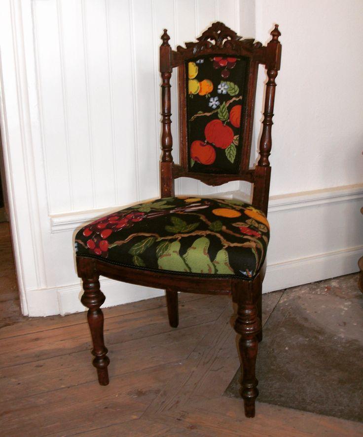Nyrenässans-stol efter. Klädd i tyget Fruktträd med svart botten från Jobs handtryckta textilier. •Chair after. Handprinted fabric from Jobs handprinted Fabrics