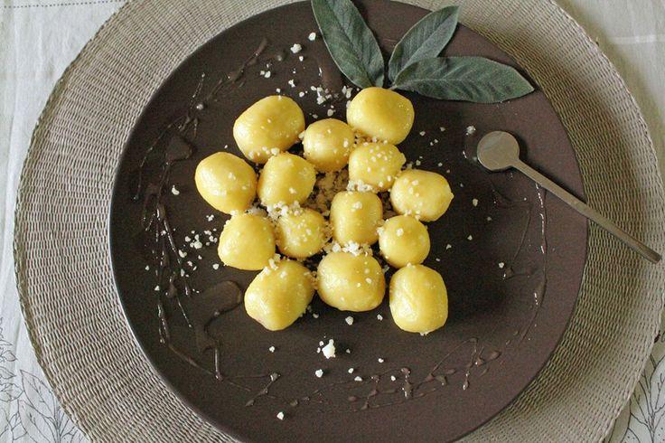 Gnocchi al burro, Parmigiano Reggiano e salvia con miele di tiglio