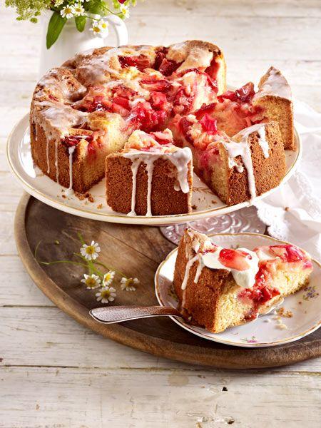Versunkener Erdbeer-Rhabarber-Kuchen mit Zuckerguss