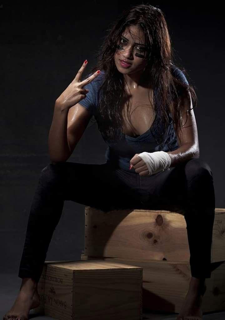 Nivetha Pethuraj Hot Images In 2020 Nivetha Pethuraj Indian Actress Images Saree Photoshoot